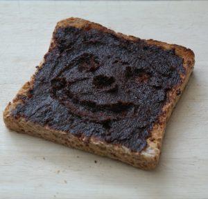 Pflaumen-Nuss-Creme auf Toastbrot