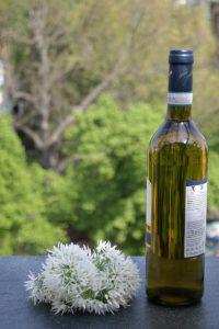 Bärlauchwein, Bärlauchblüten, Wein, Mai